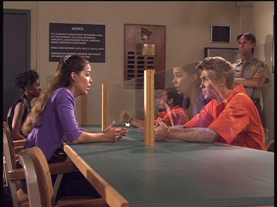 Carla (Nicole Tratini, l.) beschwört ihren Freund Ray (Chad Murray, r.), der wegen Mordverdachts in Untersuchungshaft sitzt, seine Komplizen zu verr... - Bildquelle: Viacom