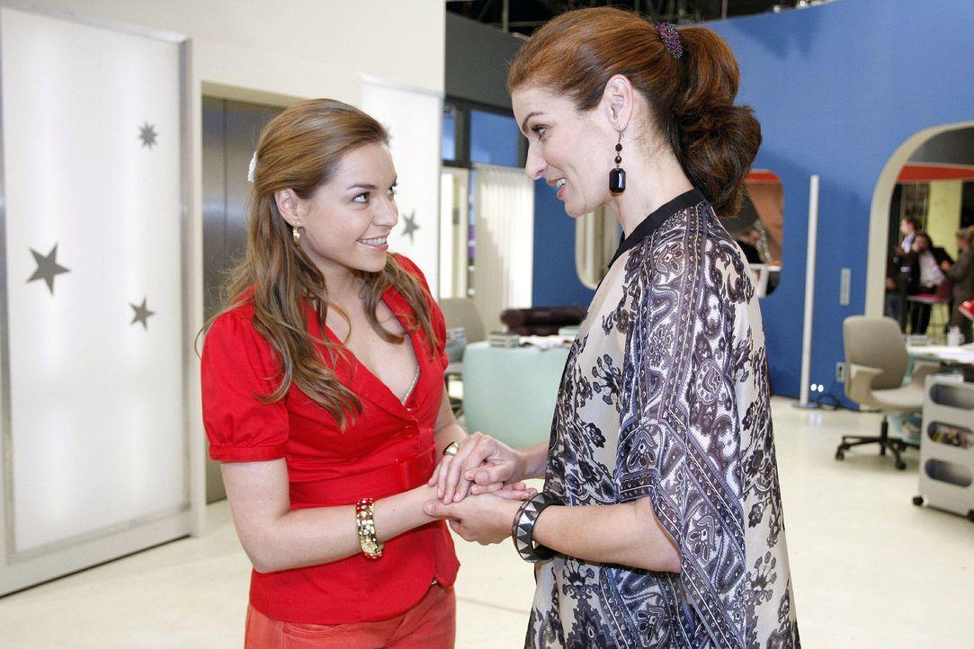 Katja (Karolina Lodyga, l.) ist überglücklich, als Natascha (Franziska Matthus, r.) ihr ein Friedensangebot macht. - Bildquelle: Noreen Flynn Sat.1