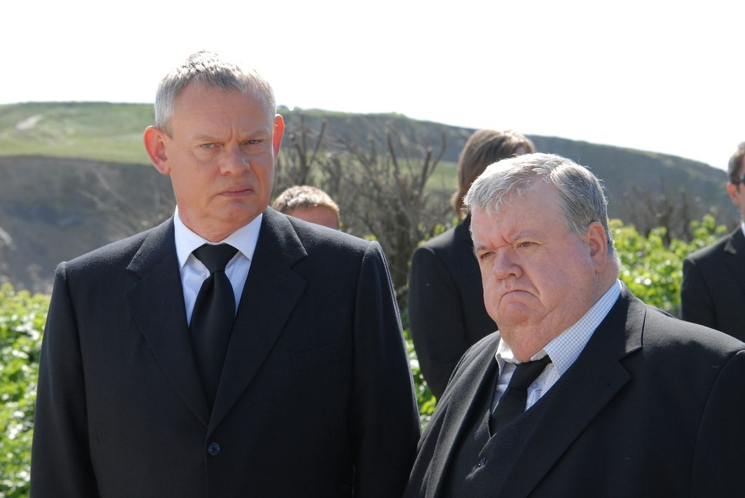 Haben einen schweren Gang vor sich: Doc Martin (Martin Clunes, l.) und Bert (Ian McNeice, r.) müssen sich von Joan verabschieden, die nach einem Aut... - Bildquelle: BUFFALO PICTURES/ITV