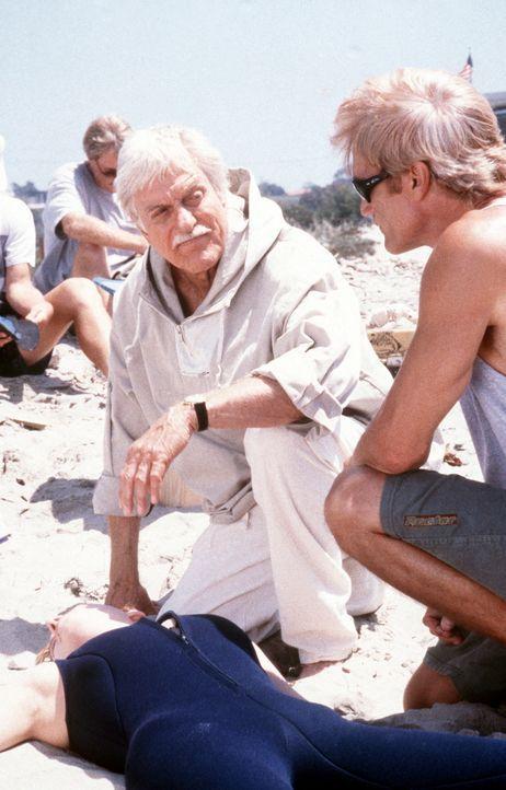 Dr. Mark Sloan (Dick Van Dyke, l.) und Steve (Barry Van Dyke, r.) finden am Strand die Leiche von Vikki (Kristen Dalton, vorne). - Bildquelle: Viacom