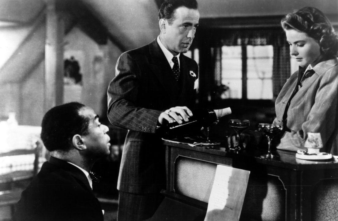 Casablanca, Marokko. Wie viele andere Flüchtlinge aus Nazi-Europa hoffen auch Ilsa (Ingrid Bergman, r.) und ihr Mann, in die rettenden Arme der USA... - Bildquelle: Warner Bros. Television