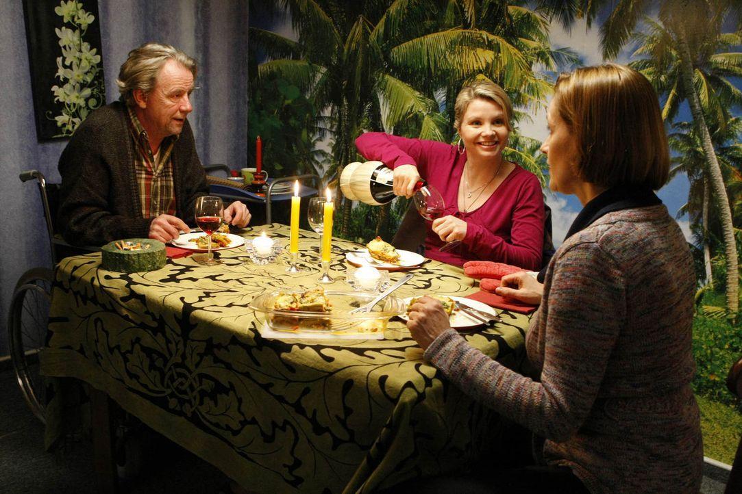 Ein gemütliches Essen: Danni (Annette Frier, M.), Kurt (Axel Siefer, l.) und seine Freundin Erika (Sabine Bach, r.) ... - Bildquelle: Frank Dicks SAT.1