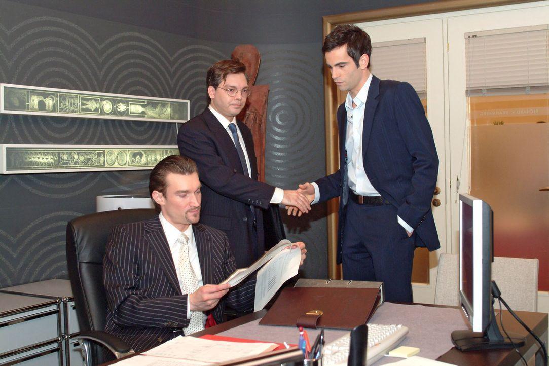 Richard (Karim Köster, l.) muss eine Niederlage einstecken, als der Finanzprüfer (Helmut Finke, M.) David (Mathis Künzler, r.) zu seinen makellos ge... - Bildquelle: Monika Schürle Sat.1