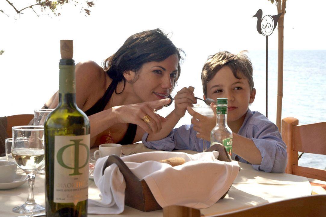 Claudia (Bettina Zimmermann, l.) genießt die Zeit mit ihrem neunjährigen Sohn Timmy (Jannis Michel, r.). - Bildquelle: Xeni Taze Sat.1