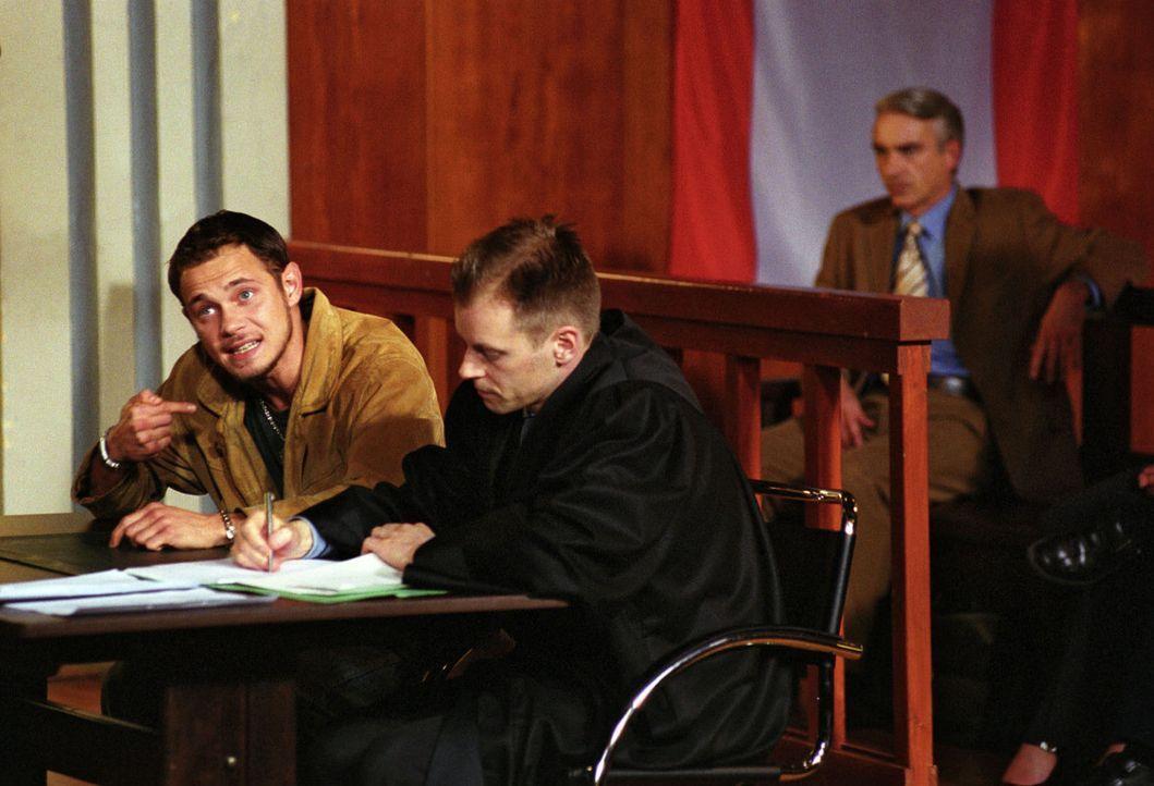 Felix (Christoph M. Ohrt, hinten) gerät in einen moralischen Konflikt: Statt seines Mandanten Dr. Hentschel sitzt der unschuldige Dennis Schröder (A... - Bildquelle: Hardy Spitz Sat.1