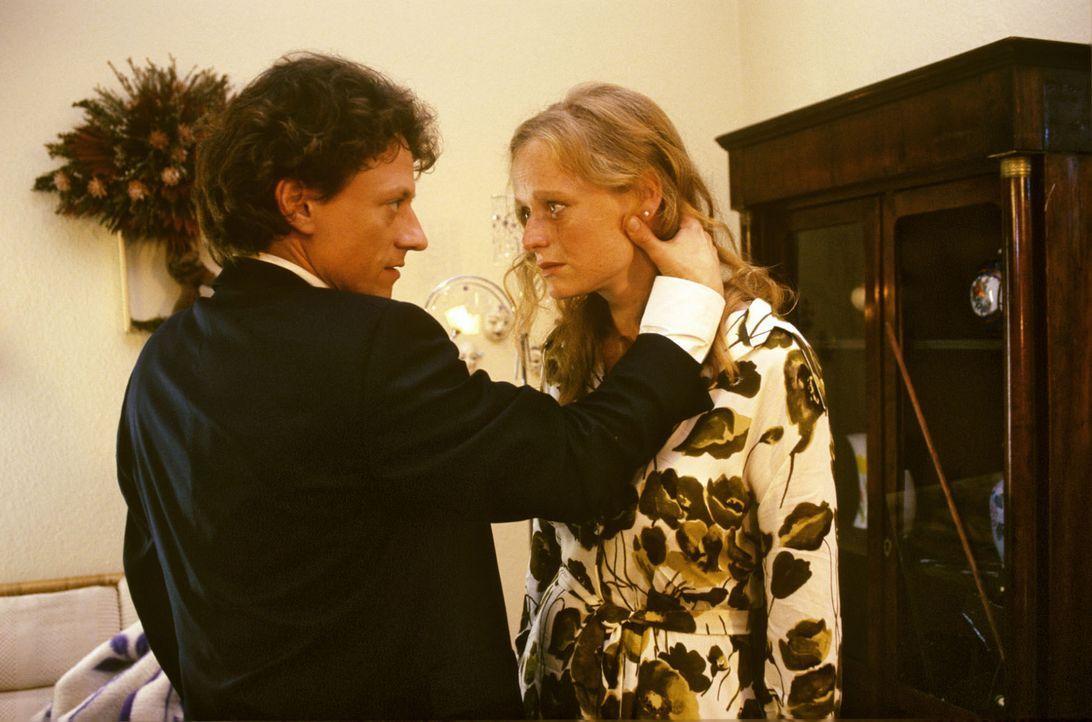Kurz nachdem Ronald Hertz (Axel Pape, l.) das Ende der Beziehung zu Monika Horn (Gabi Herz, r.) verkündet hat, weist die junge Frau frische Schnitt... - Bildquelle: Noreen Flynn Sat.1