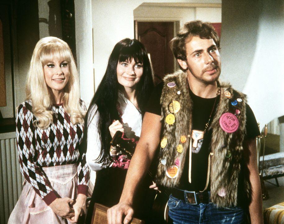 Jeannie (Barbara Eden, l.) wurde von Tony zur Sparsamkeit ermahnt, doch sie übertreibt und nimmt sogar Joan (Meggie Thrett, M.) und Dick (Larry Bish... - Bildquelle: Columbia Pictures