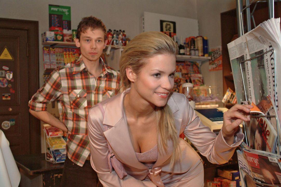 Sabrina (Nina-Friederike Gnädig, r.) kann nicht glauben, dass Jürgen (Oliver Bokern, l.) und Lisa verlobt sind und besucht den mit der Situation völ... - Bildquelle: Monika Schürle Sat.1