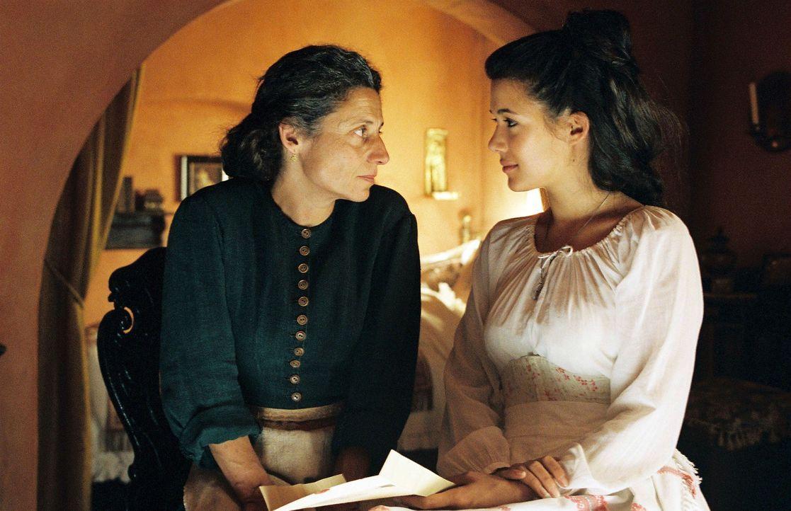 Während Sophia (Mélanie Doutey, r.) in Athen bei ihrer Mutter (Adriana Altaras, l.) und dem kranken Demetrios weilt, erhält sie einen Brief von Schl... - Bildquelle: Stephan Rabold Sat.1