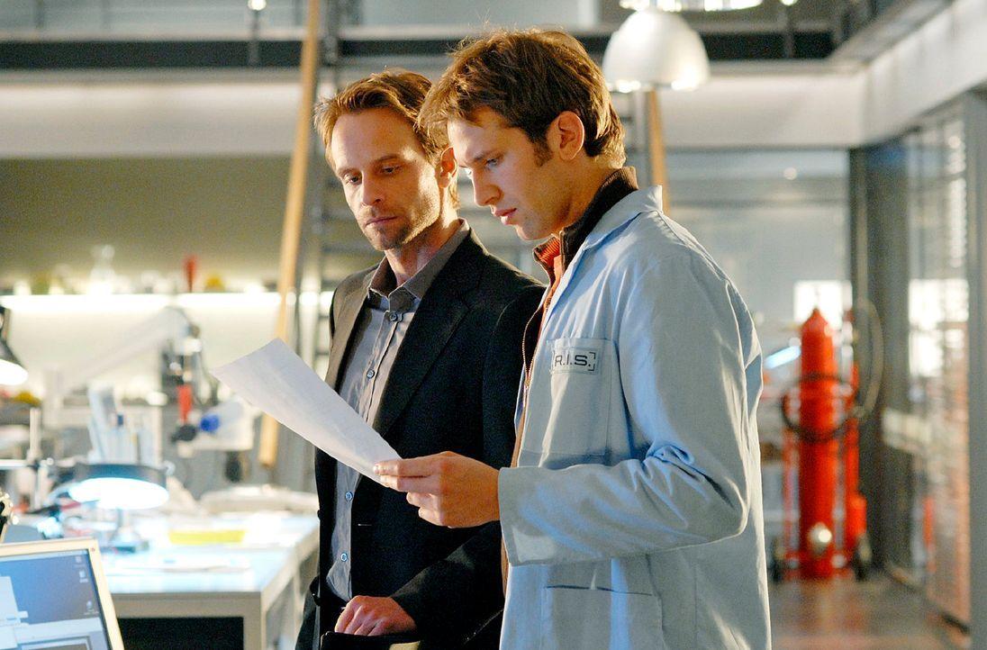 Philip (Julian Weigend, l.) und Timo (Tillbert Strahl-Schäfer, r.) besprechen die weitere Vorgehensweise. - Bildquelle: Christoph Assmann Sat.1