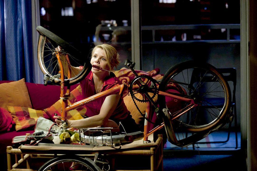 Nachdem Hassan sich an ihrem Fahrrad ausgetobt hat, wartet auf Danni (Annette Frier) gleich die nächste Überraschung ... - Bildquelle: Frank Dicks SAT.1