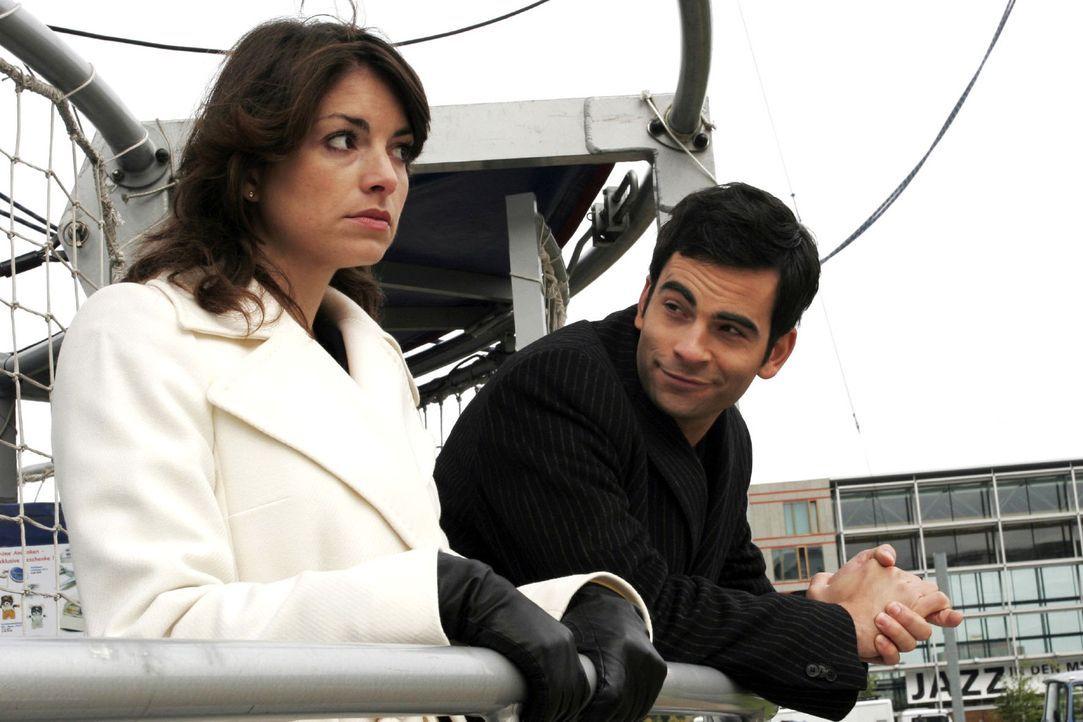 Auf Lisas Rat unternimmt David (Mathis Künzler, r.) mit Mariella (Bianca Hein, l.) einen Ballonausflug. - Bildquelle: Noreen Flynn Sat.1