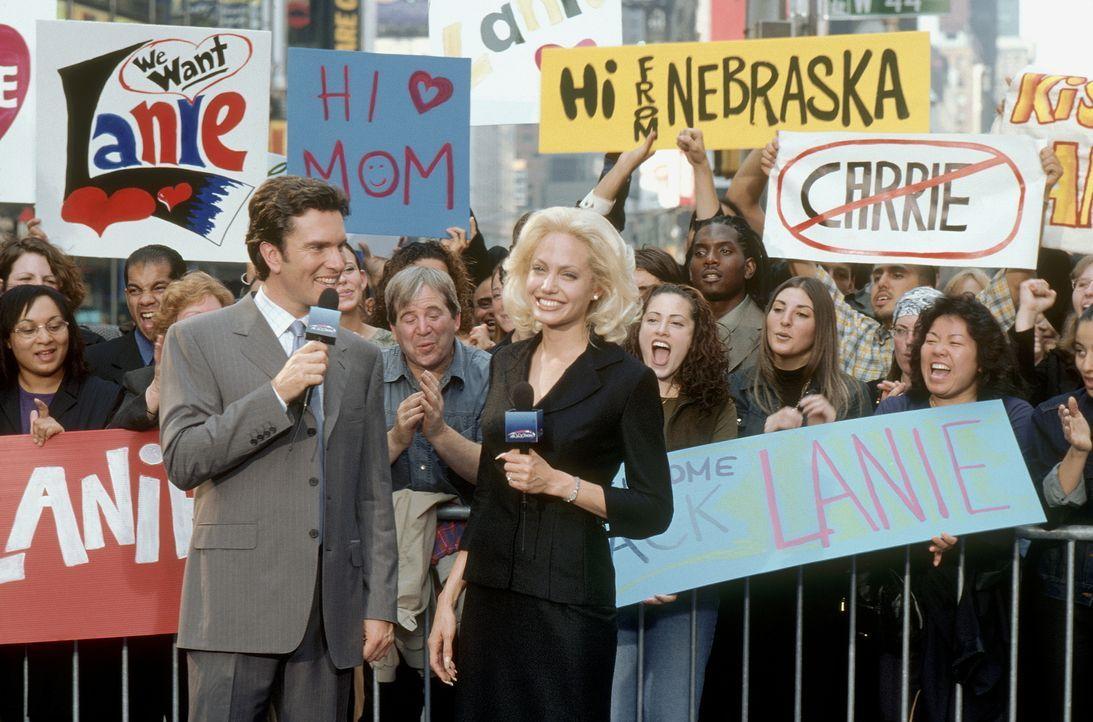 """Moderatorin Lanie Kerrigan (Angelina Jolie, r.) ist das Zugpferd der Nachrichten beim lokalen Sender KQMO 4. Ihre Sendung """"That's Seattle Life"""" ist... - Bildquelle: MONARCHY ENTERPRISES S.A.R.I. AND REGENCY ENTERTAINMENT (USA), INC."""