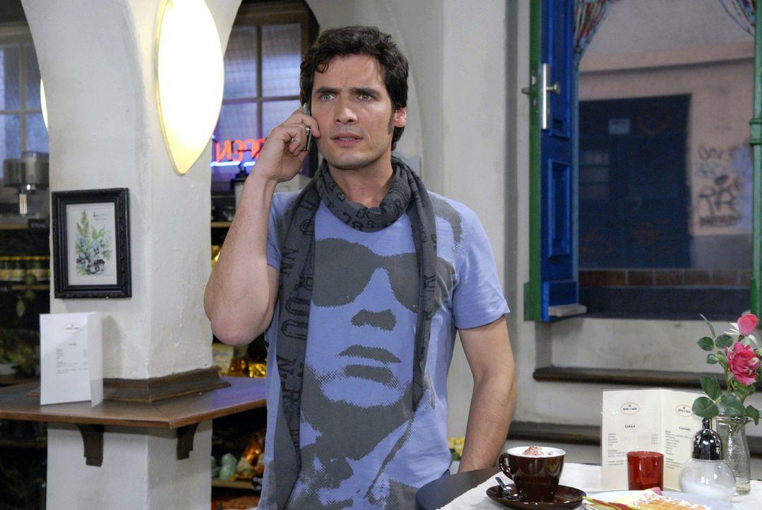 Anna bittet Alexander (Paul T. Grasshoff) am Telefon, zu ihr nach Hamburg zu kommen. - Bildquelle: Christoph Assmann Sat.1