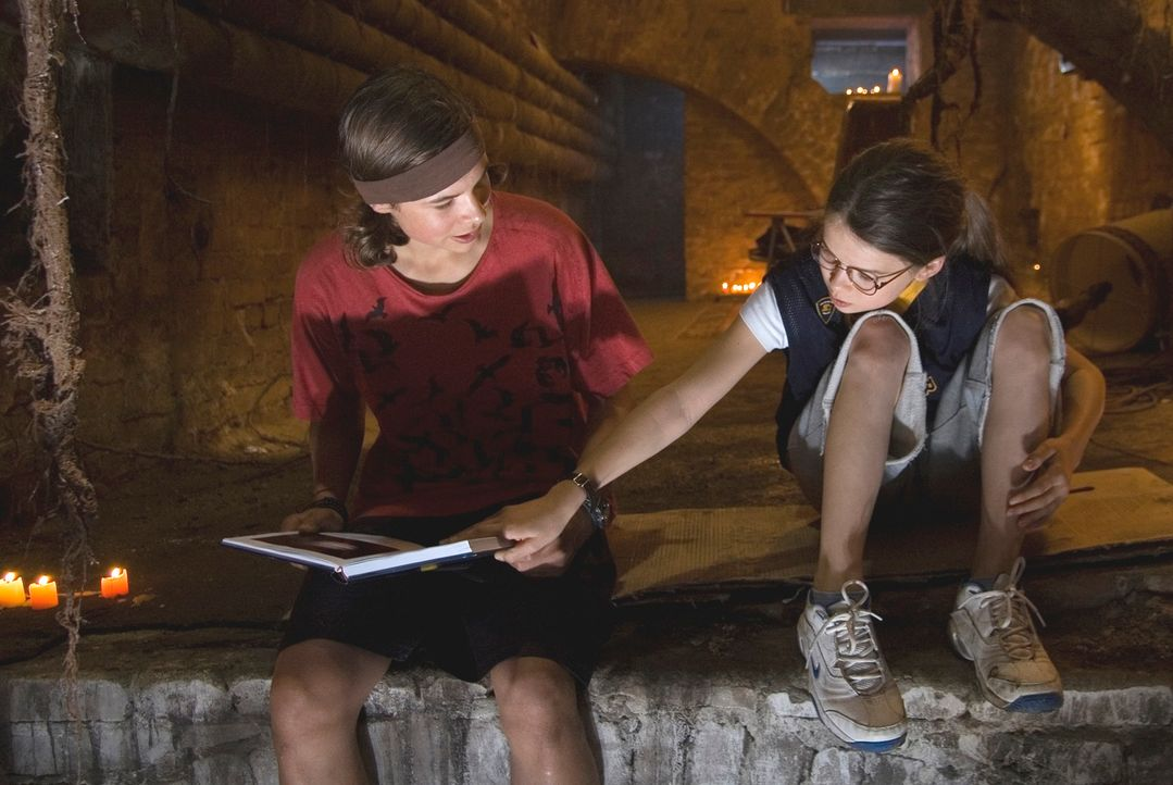 Während Max (Emil Reinke, l.) der 13-jährigen Nelly (Zoe Moore, r.) das Basketballspielen beibringen soll, hilft sie ihm bei den Hausaufgaben ... - Bildquelle: X-Verleih