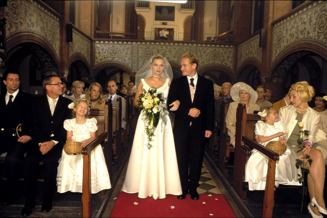 Linda (Anna Loos, l.) tritt mit Christian (Joachim Paul Assböck, r.) vor den Traualtar ... - Bildquelle: Katrin Knoke Sat.1