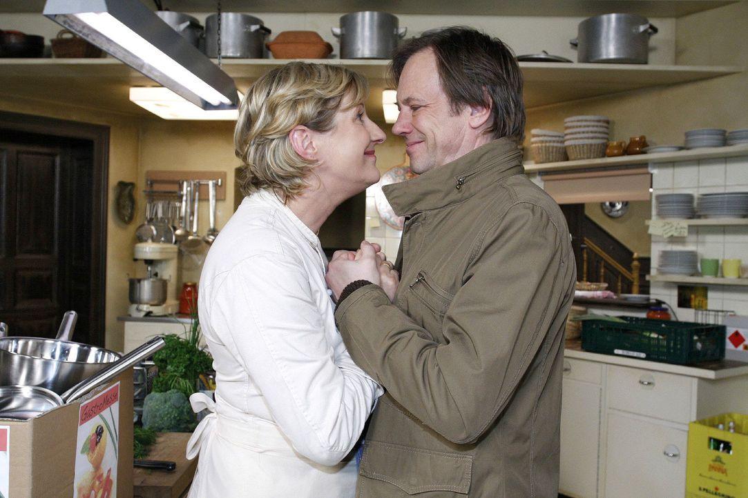 Susanne (Heike Jonca, l.) ist glücklich, als Armin (Rainer Will, r.) ihr ein neues Pfannen-Set schenkt. - Bildquelle: Noreen Flynn Sat.1