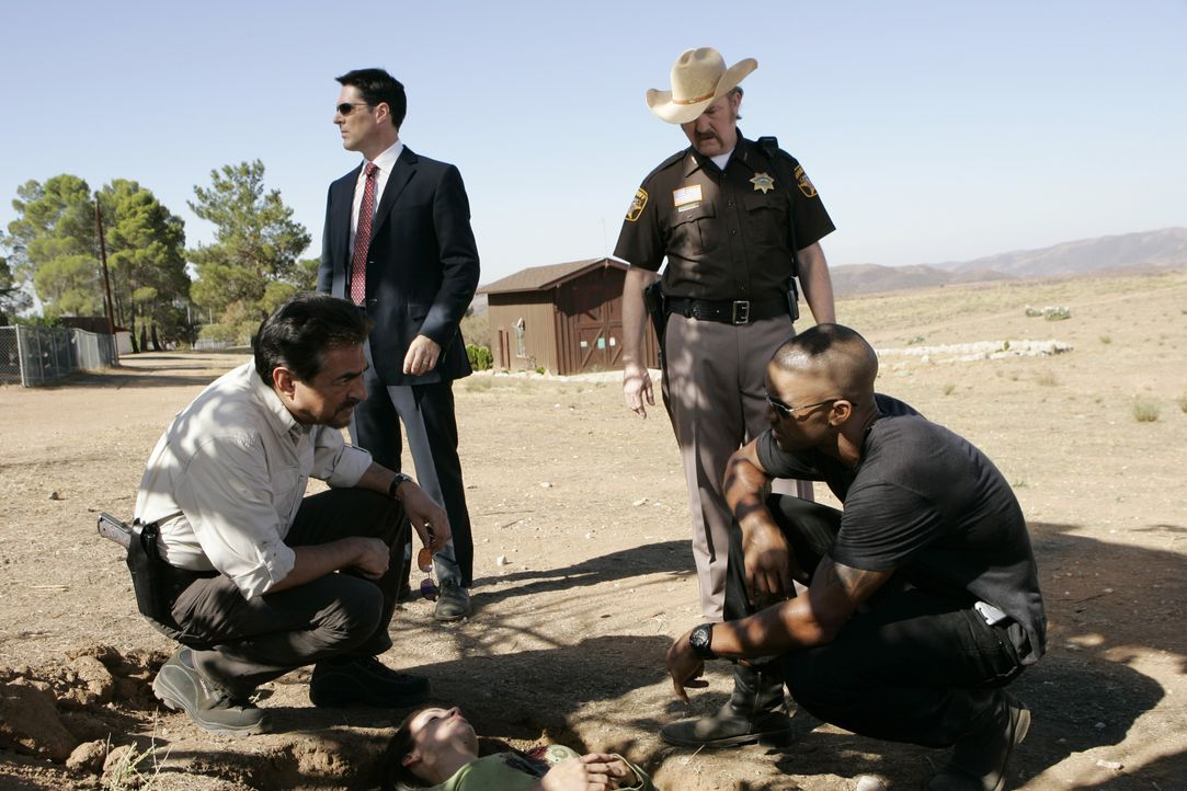 Können Morgan (Shemar Moore, r.), Sheriff Williams (Jim Beaver, 2.v.r.), Hotch (Thomas Gibson, 2.v.l.) und Rossi (Joe Mantegna, l.) die junge Frau n... - Bildquelle: Cliff Lipson 2007 ABC Studios. All rights reserved. NO ARCHIVE. NO RESALE. / Cliff Lipson