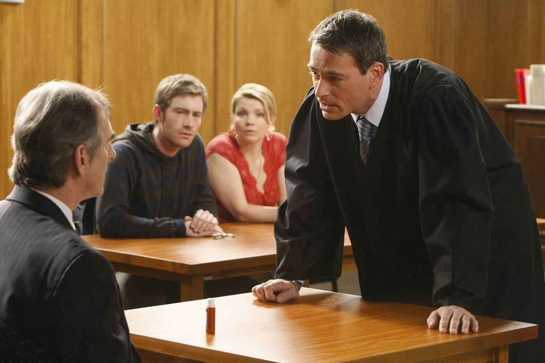 Da Danni (Annette Frier, 2.v.r.) wegen eines persönlichen Falls nicht selbst vor Gericht auftreten darf, wendet sie sich hilfesuchend an Oliver (Jan... - Bildquelle: Frank Dicks SAT.1