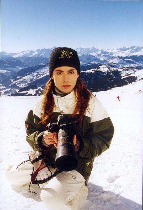 Die Fotografin Saskia (Idil Üner) ermittelt auf eigene Faust, warum sich niemand für den verschollenen Toten interessiert, und gerät dabei selbst in... - Bildquelle: Sat.1