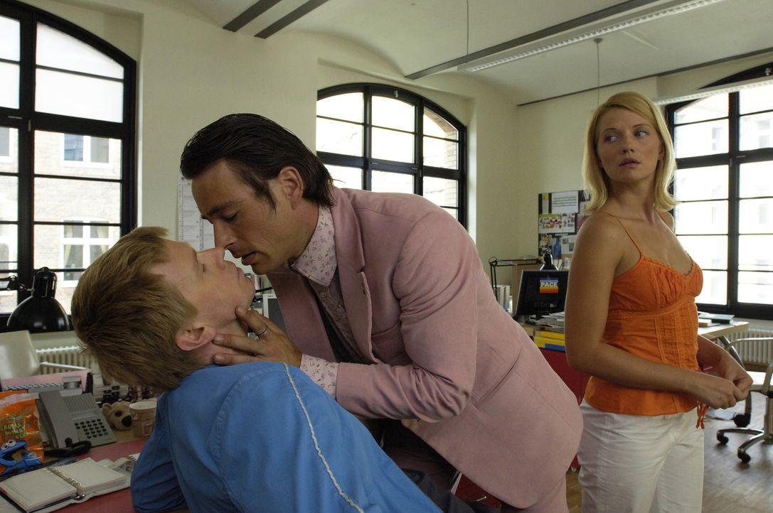 Als Tom (Jan Sosniok, M.) bemerkt, dass Andrea (Doreen Jacobi, r.) ihm seine Schwulitäten nicht so ganz abnimmt, fällt er über Chris (Thomas Morris,... - Bildquelle: Stefan Erhardt ProSieben