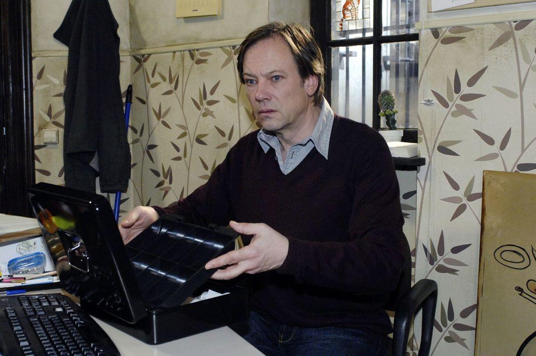 Armin (Rainer Will) entdeckt, dass sein Geld aus der Kasse verschwunden ist ... - Bildquelle: Oliver Ziebe Sat.1