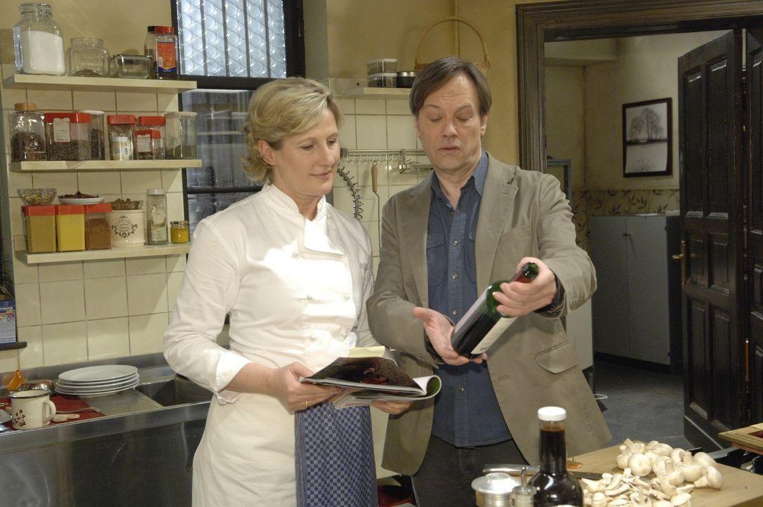 """Nach der Verleihung des """"Goldenen Kochlöffel"""" geben Armin (Rainer Will, r.) und Susanne (Heike Jonca, l.) alles, um den begehrten Michelin-Stern zu... - Bildquelle: Claudius Pflug Sat.1"""