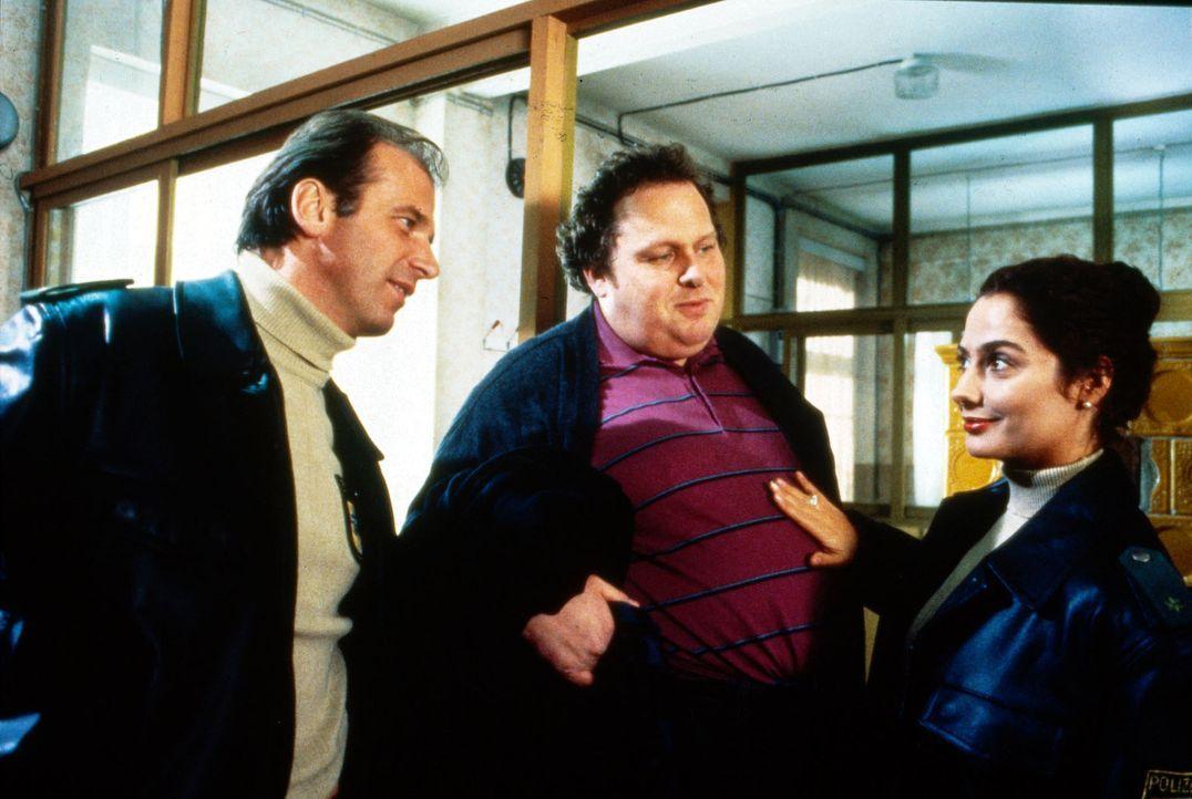 Hanna (Simone Thomalla, r.) wünscht Valentin (Wolfgang Fierek, l.) und Bernie (Ottfried Fischer, M.) viel Erfolg bei der Suche nach einem Verbrecher... - Bildquelle: Conny Klein Sat.1
