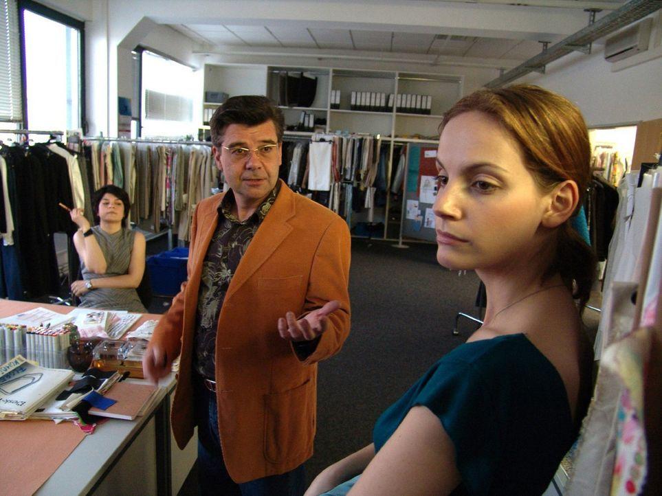 Mit ihrem Vorgesetzten Erler (Ralph Misske, M.) gerät Andrea (Marie Zielcke, r.) immer öfter aneinander. - Bildquelle: Volker Roloff Sat.1