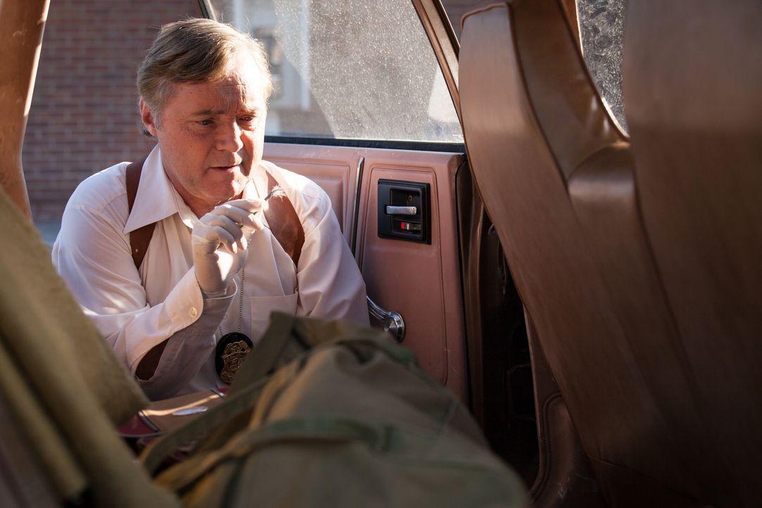 Auf Spurensuche: Ermittler Bernie Gillespie (Brian McDonald) findet im Auto der ermordeten Wendy Hunde-und Menschenhaare. Führen diese ihn zum Täter... - Bildquelle: Diego Garcia Cineflix 2014