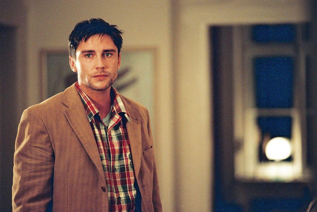 Max (Oliver Bootz) ahnt, dass seine Frau ein Verhältnis hat. Doch mit wem? - Bildquelle: Christian A. Rieger Sat.1