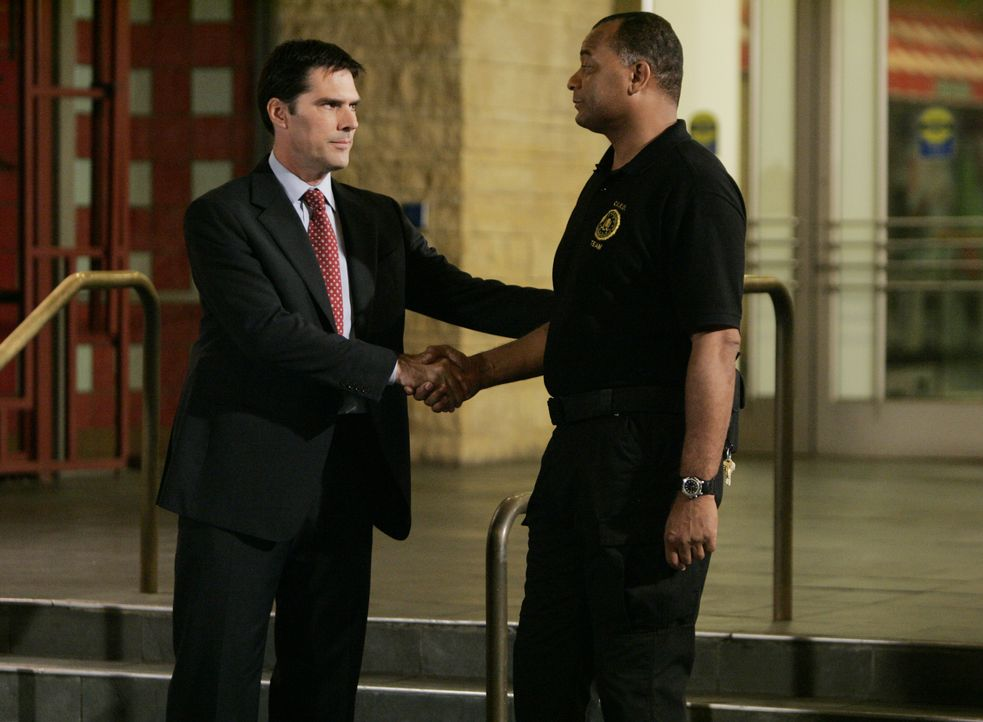 Gute Arbeit: Hotch (Thomas Gibson, l.) bedankt sich bei einem Sicherheitsbeamten für dessen Hilfe ... - Bildquelle: Cliff Lipson 2007 ABC Studios. All rights reserved. NO ARCHIVE. NO RESALE. / Cliff Lipson