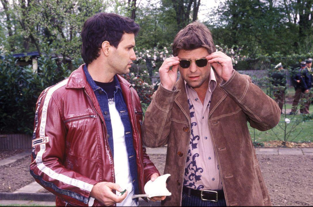 Jupp (Uwe Fellensiek, r.) und Gino (Luca Zamperoni, l.) sprechen über den möglichen Tathergang. - Bildquelle: Martin Lässig Sat.1