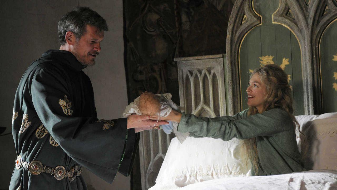 Sehr nah am Ziel ihrer Wünsche: Nachdem Hulda von Hettenheim (Julie Engelbrecht, r.) Maries Kind entführt hat, täuscht sie eine Geburt vor - und prä... - Bildquelle: Jiri Hanzl SAT.1