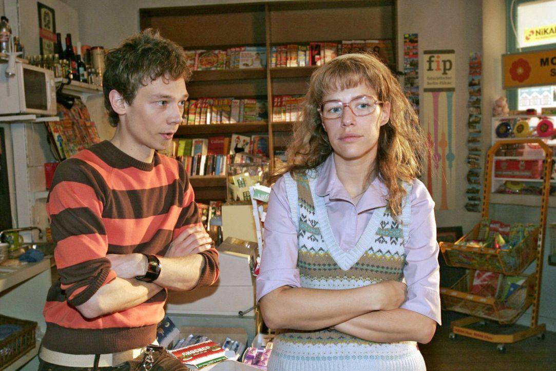 Lisa (Alexandra Neldel, r.) schwärmt begeistert von dem Minigolf-Ausflug mit David, was Jürgen (Oliver Bokern, l.) allerdings kalt lässt - er will l... - Bildquelle: Noreen Flynn Sat.1