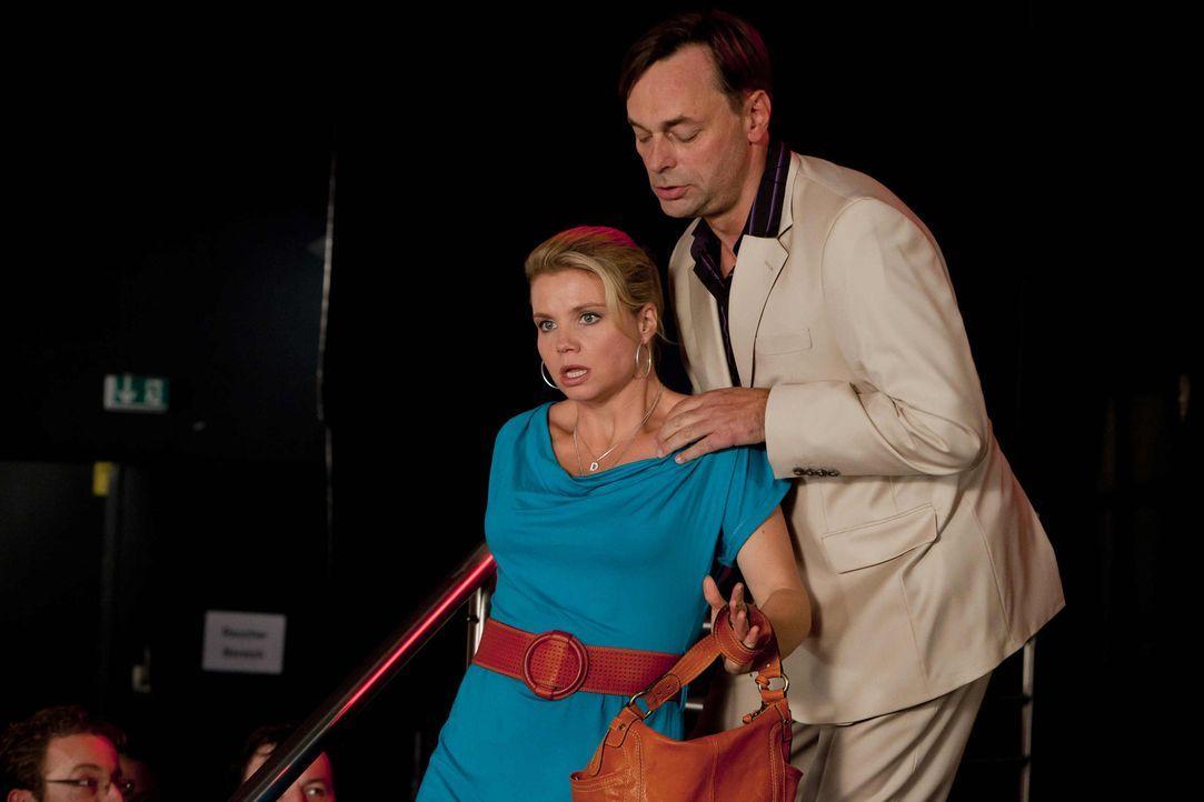 Um Beas Cousine Melli zu helfen, gibt Danni (Annette Frier, l.) nicht auf. Sie versucht alles damit Sollmann (Peter Benedict, r.) die rechte Strafe... - Bildquelle: Frank Dicks SAT.1