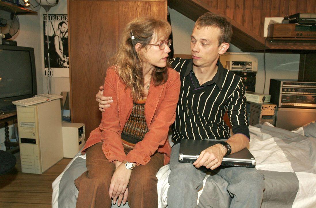 Lisa (Alexandra Neldel, l.) ist froh, dass sie bei Jürgen (Oliver Bokern, r.) Geborgenheit findet. - (Dieses Foto von Alexandra Neldel darf nur in Z... - Bildquelle: Noreen Flynn Sat.1