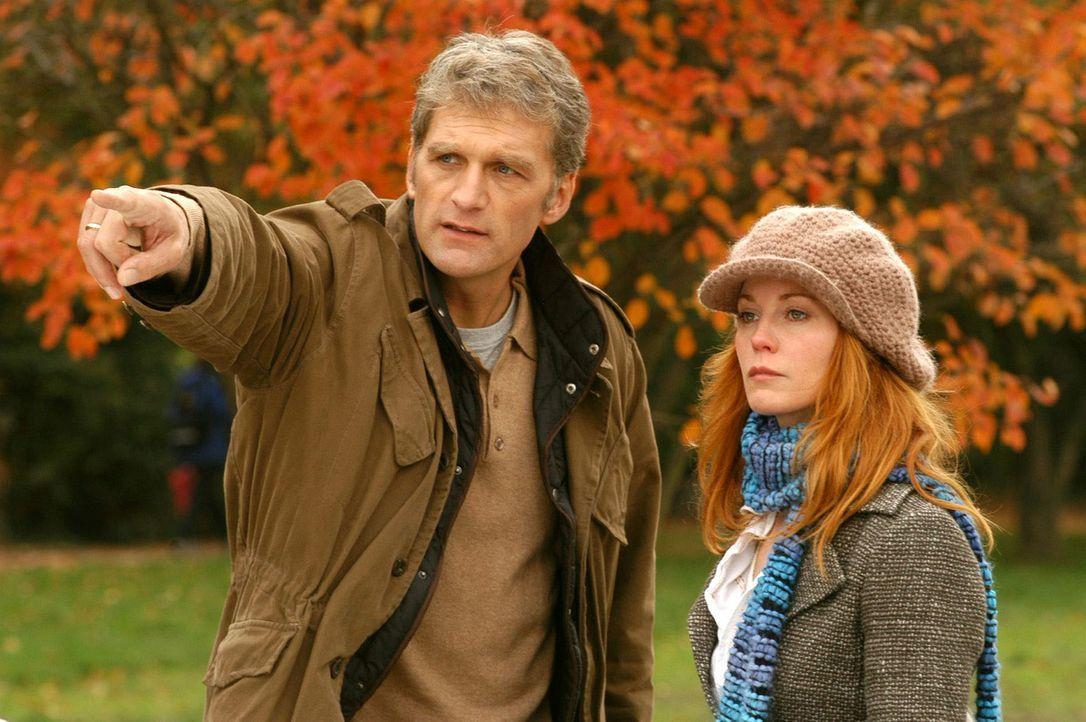 Sandra (Esther Schweins, r.) versucht Max (Walter Sittler, l.) vorzumachen, dass Gosslar ihr Onkel ist. - Bildquelle: Jacqueline Krause-Burberg Sat.1