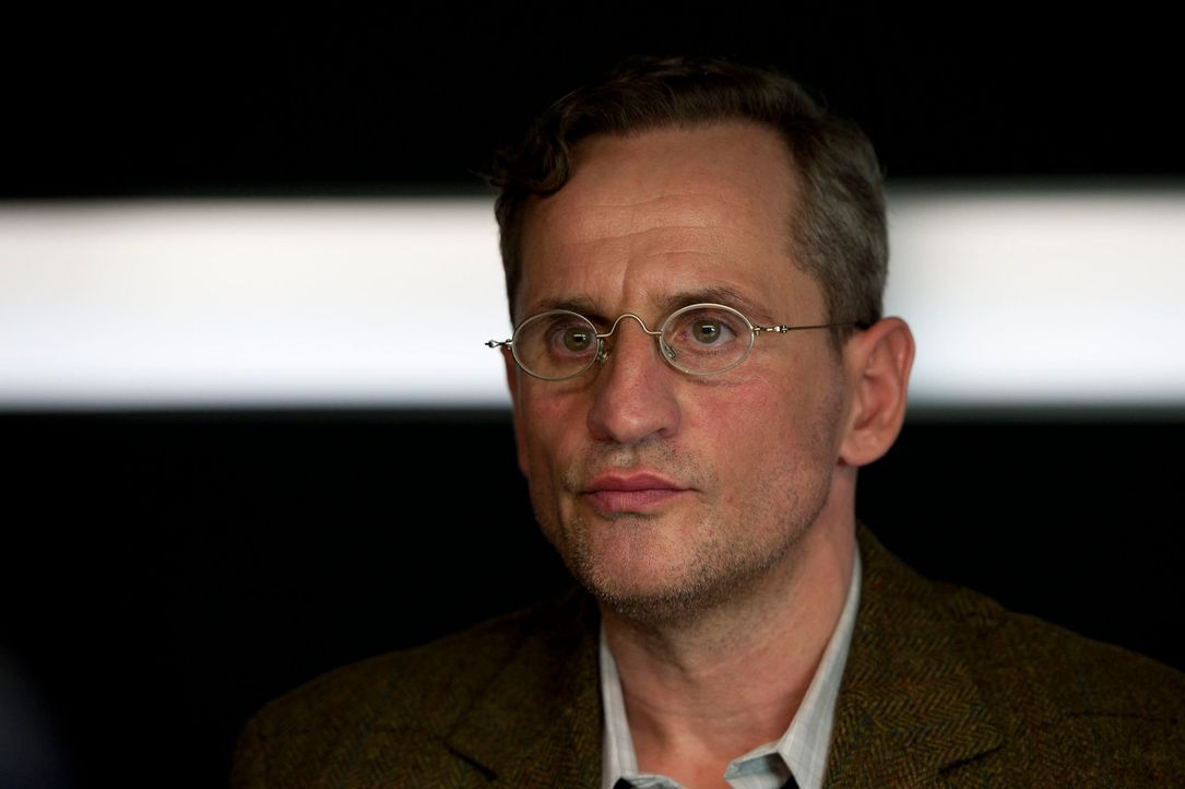 Ist nicht so harmlos, wie er aussieht: Lehrer Florian Schuster (Tim Wilde) ... - Bildquelle: Martin Rottenkolber SAT.1