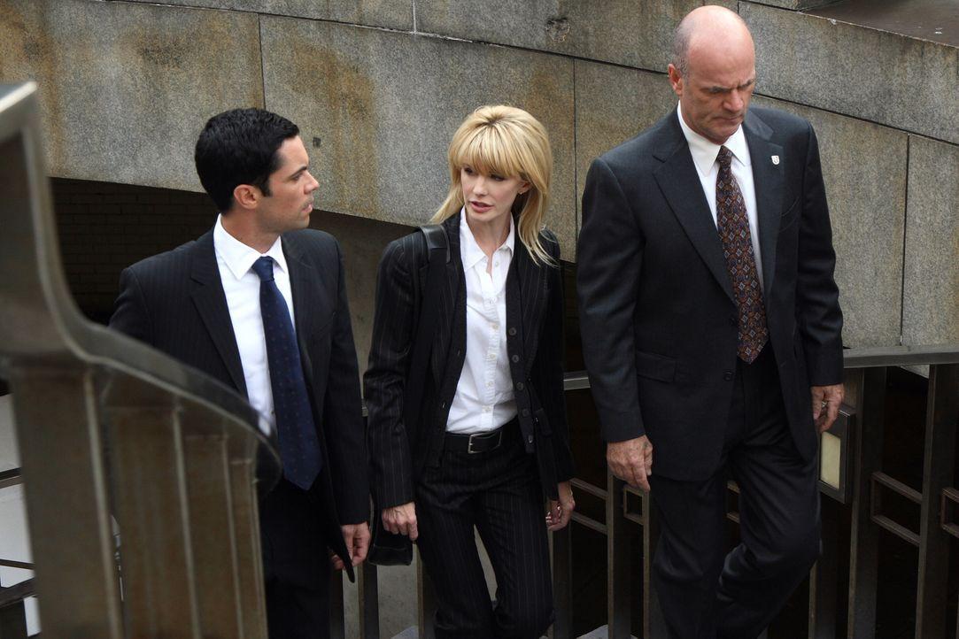 Scott (Danny Pino, l.), Lilly (Kathryn Morris, M.) und John (John Finn, r.) ahnen bald, dass während der Ermittlungen Spuren nicht verfolgt und Bewe... - Bildquelle: Warner Bros. Television
