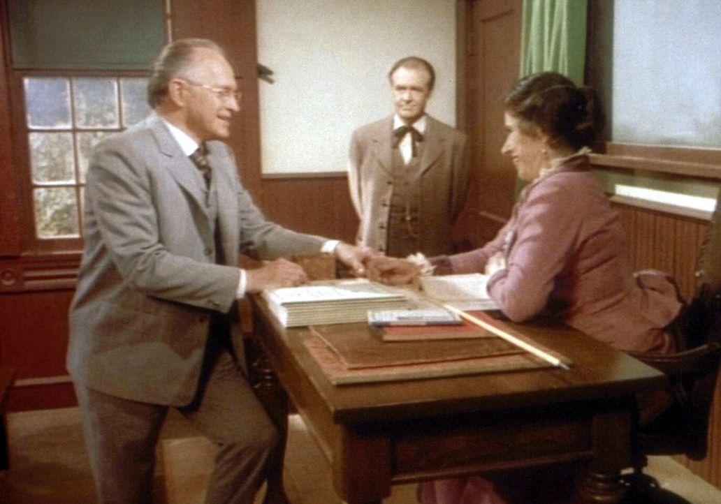 Mr. Stohler (Walker Edmiston, l.) gratuliert Mrs. Oleson (Katherine McGregor, r.) zu ihrem Unterrichtserfolg. Doch Mr. Oleson (Richard Bull, M.) ist... - Bildquelle: Worldvision