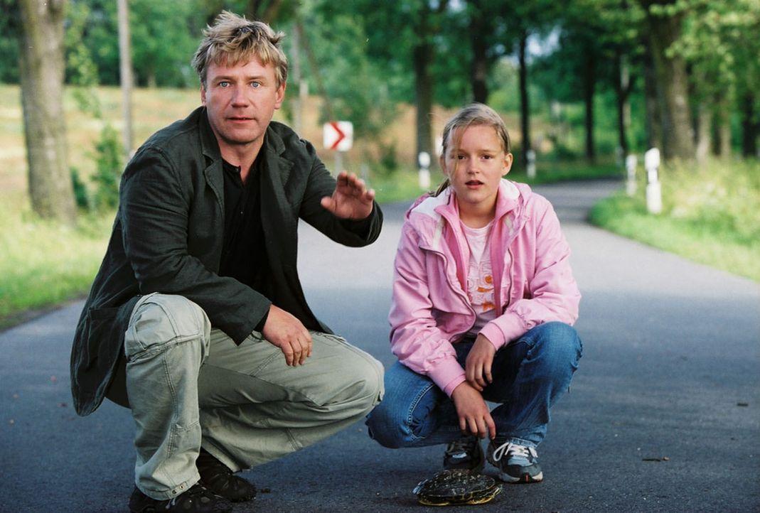 Die Schildkröte hat Vorfahrt! Naturfreund Tom (Jörg Schüttauf, l.) und seine Tochter Sonja (Nele Metzner, r.) stoppen den Wagen von Michaela, die au... - Bildquelle: Oliver Ziebe Sat.1
