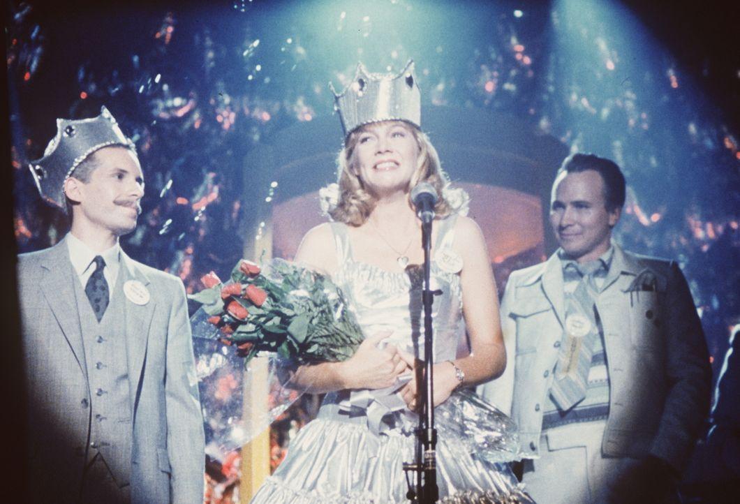 Die Freude ist groß: Auf dem Klassentreffen ihrer Highschool-Abschlussklasse wird Peggy Sue (Kathleen Turner, M.) zur Ballkönigin gewählt ... - Bildquelle: TriStar Pictures