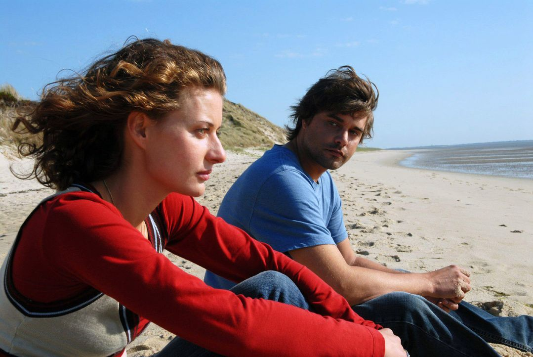 Sara (Marie Rönnebeck, l.) und Georg (Raphaël Vogt, r.) kommen sich langsam näher ... - Bildquelle: Hardy Spitz Sat.1