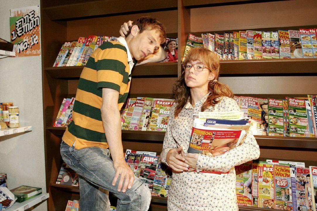 Lisa (Alexandra Neldel, r.) schwärmt Jürgen (Oliver Bokern, l.) von ihrer besonderen Verbindung zu David vor - und erntet ironische Kommentare ... (... - Bildquelle: Noreen Flynn Sat.1