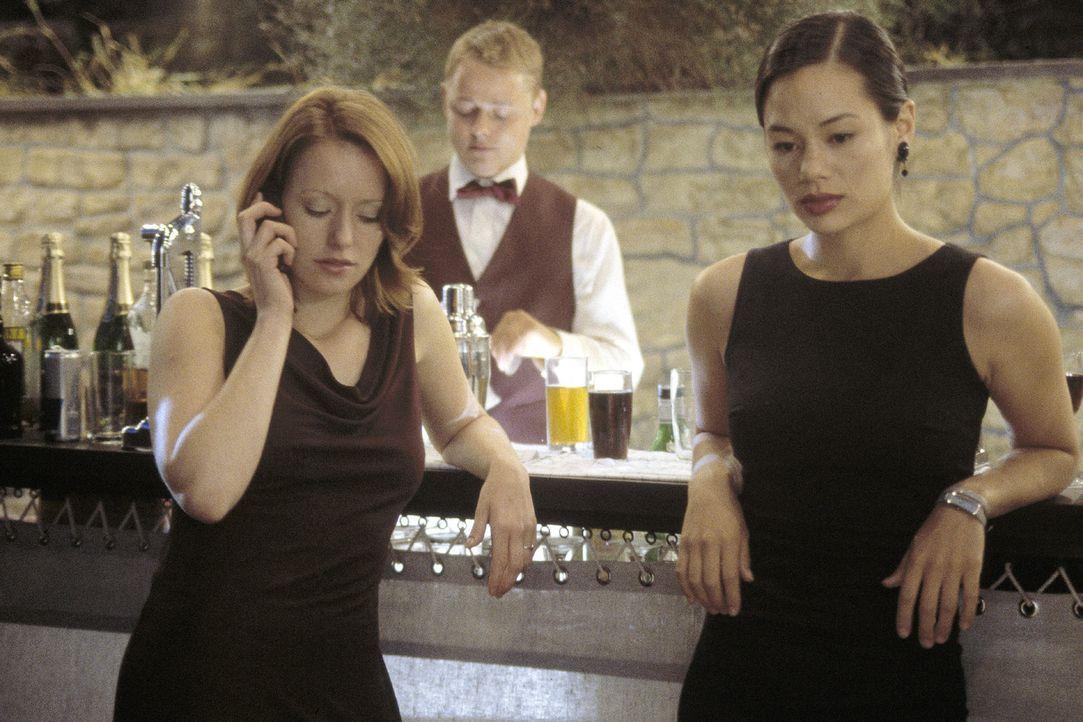 Johanna (Lavinia Wilson, l.) und Lucy (Kami Manns, r.) sorgen sich um ihre Freunde Jasmin und Mike, die zu einem nächtlichen Segeltrip aufgebrochen... - Bildquelle: Jiri Hanzl Sat.1