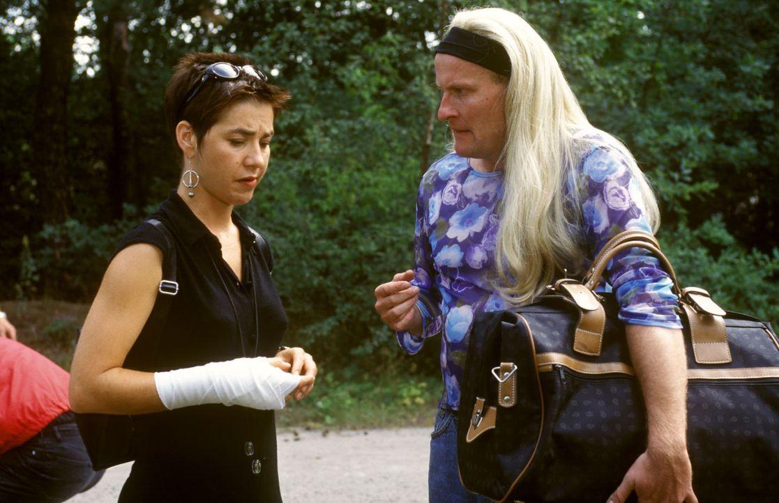 Conny (Anja Franke, l.) überredet ihren Chef Jens Neureuther (Jakob J. Klaffke, r.), sie trotz der Verletzung einen allerletzten Stunt machen zu la... - Bildquelle: Noreen Flynn Sat.1