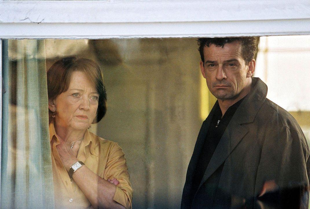 Steiner (Thomas Sarbacher, r.) und Gerda Friedrichs (Barbara Focke, l.) beobachten Elisabeth und Michael. - Bildquelle: Thomas Kost Sat.1