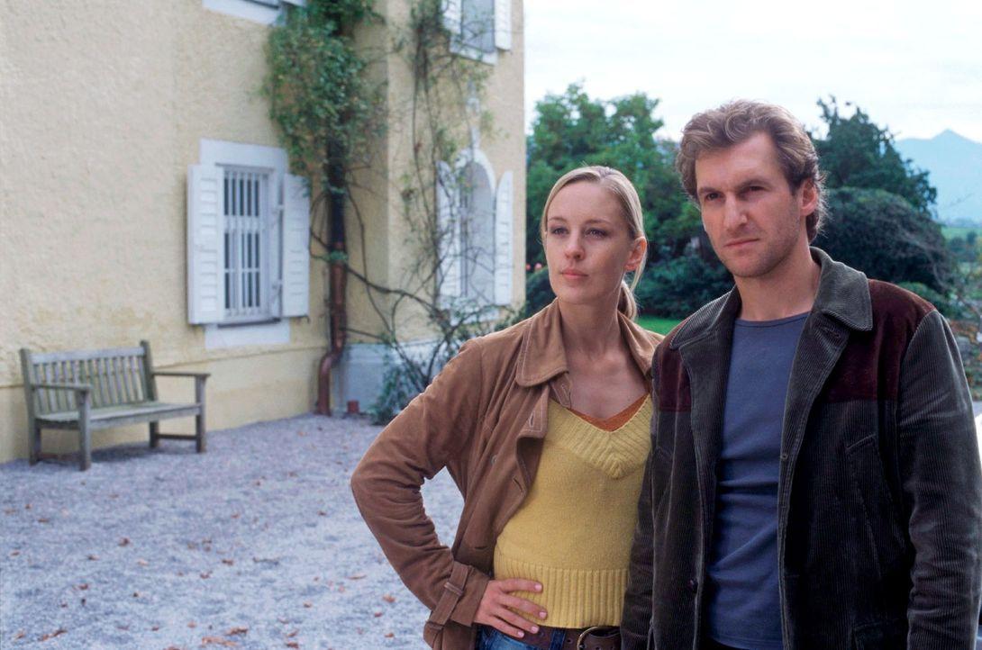 Rebecca (Lilian Klebow, l.) und Marc (Siegfried Terpoorten, r.) ermitteln auch bei der Exfrau des ermordeten Bürgermeisters, sie ist die genetische... - Bildquelle: Kerstin Stelter Sat.1