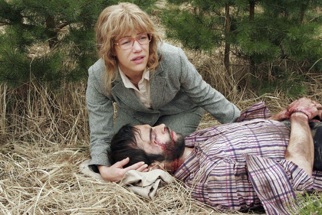 Lisa (Alexandra Neldel, l.) findet den schwer verletzten David (Mathis Künzler, r.). Als sie ihn endlich in ihren Armen hält, ringt er mit dem Tod -... - Bildquelle: Noreen Flynn Sat.1